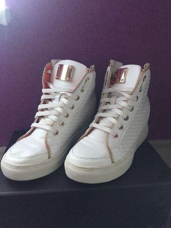 Бели обувки с ниска вътрешна платформа