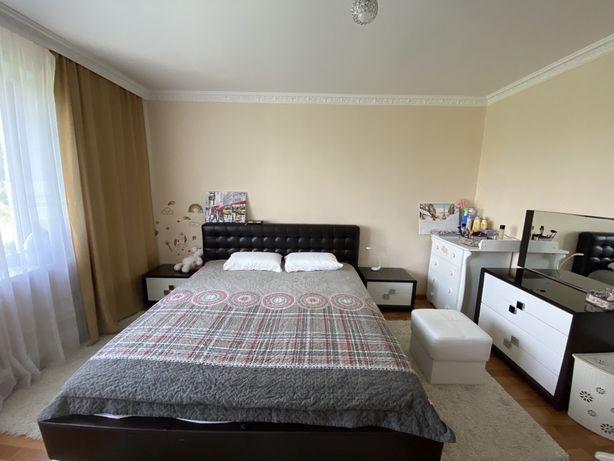 Спальный гарнитур кровать кинг сайз туалетный столик тумбочки зеркало