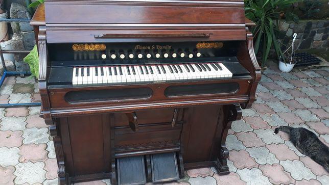 Orgă de biserică pianină mecanică cu pedale.