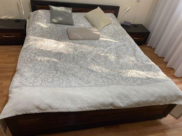 Кровать в комплекте с тумбами и комодом