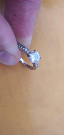 Inel de logodnă din aur alb cu piatra albă
