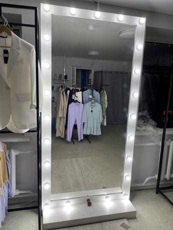 Полное оборудование в бутик магазин стеллажи зеркало примерочная
