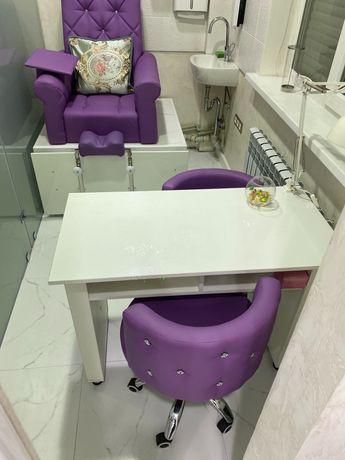 Маникюрный стол и педикюрное кресло кабинет