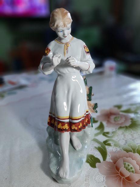 Продаём статую фарфор девушки