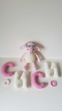 Плетени буквички и играчки за украса на детска стая