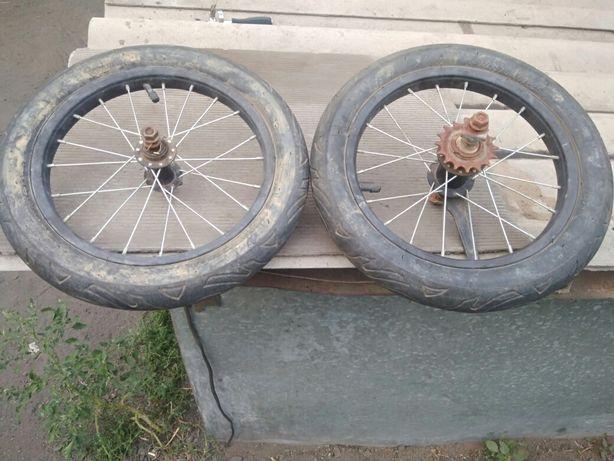 Два колеса накаченные на велосипед Сортировка.