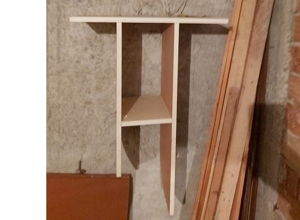 продавам лавица, закача се към стена 83 см височина х 60 см ширина ка