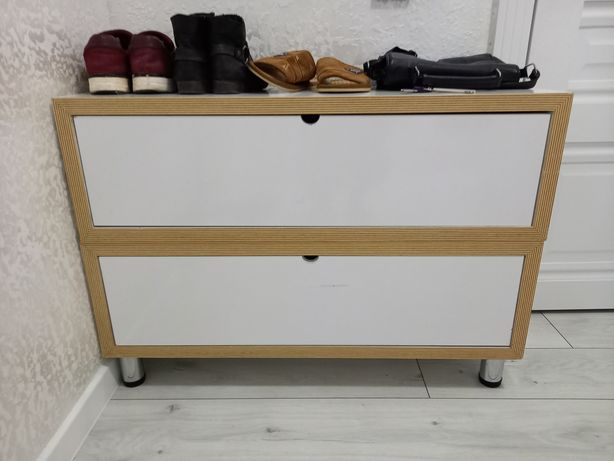 Тумба дня обуви белого цвета,декор