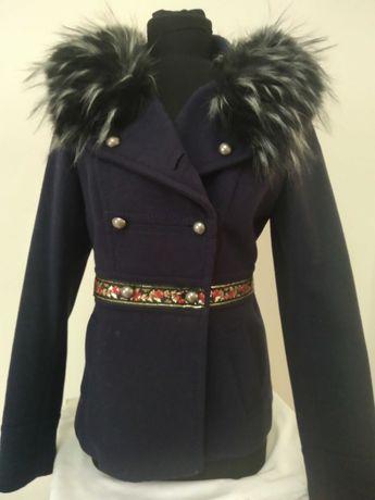 Palton dama scurt cu motive tradiționale.