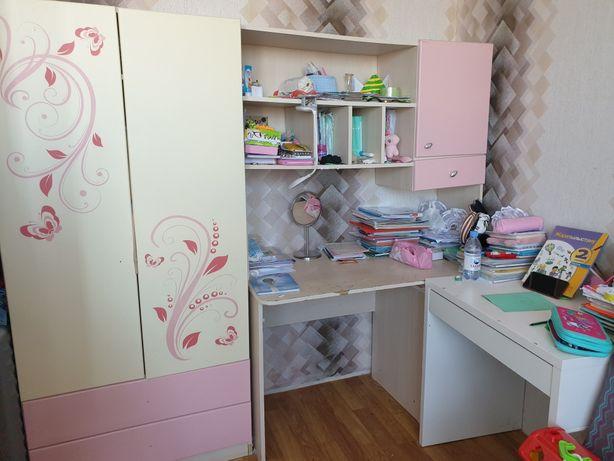 Продаётся детский стол и шкаф