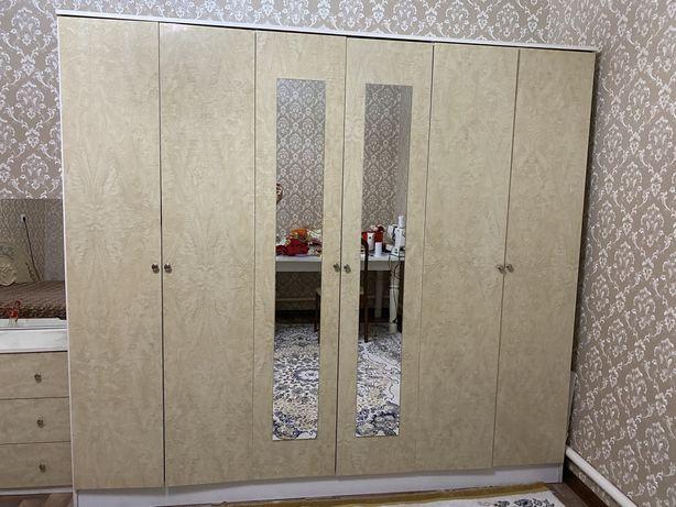 Спальный гарнитур Шкаф тумба зеркало в комплекте