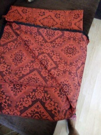Покривка за легло Нова цена 5 лв и два броя тъмно червени китеници