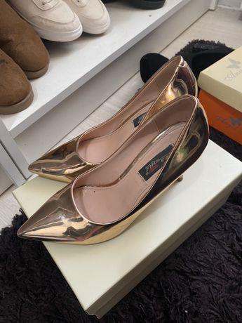 Pantofi stileto aurii