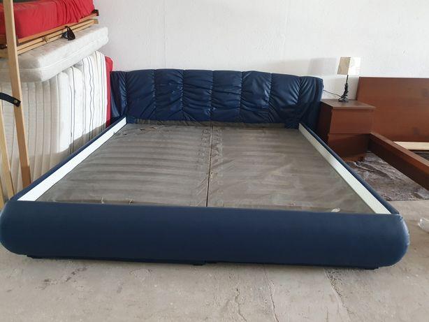 Dormitor piele cu lăzi de depozitare