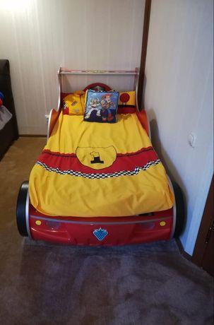 Детская кровать в виде машины для мальчиков с матрасом в очень хорошем