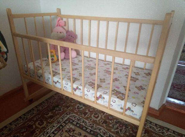 Детская кровать и стул для кормления