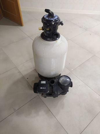 Песочный фильтр и насос для бассейна.