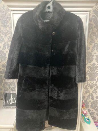 Шуба из мутона черного цвета. Куртка демисезонная стеганная.