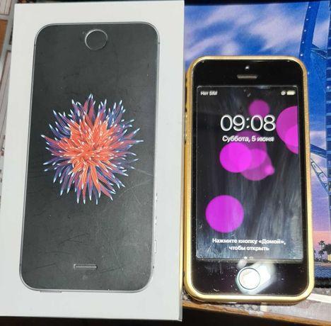 iPhone SE в отличном состоянии.