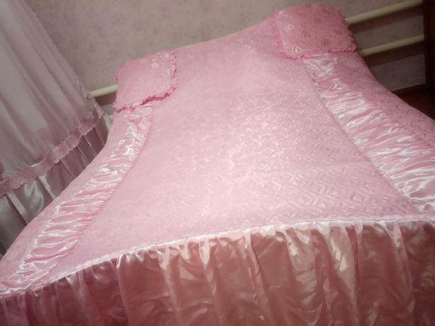 Покрывало на двух спальная кровать.