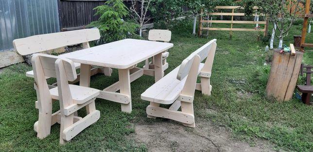 Set masa lemn masiv din dulapi cu 2 canapele si 2 scaune.