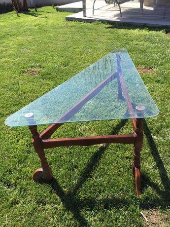 Триъгълна стъклена маса