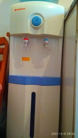 Dozator de apă caldă și rece cu frigider