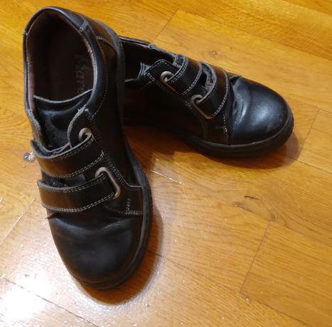 Vând pantofi piele neagră cu arici, mărime 32
