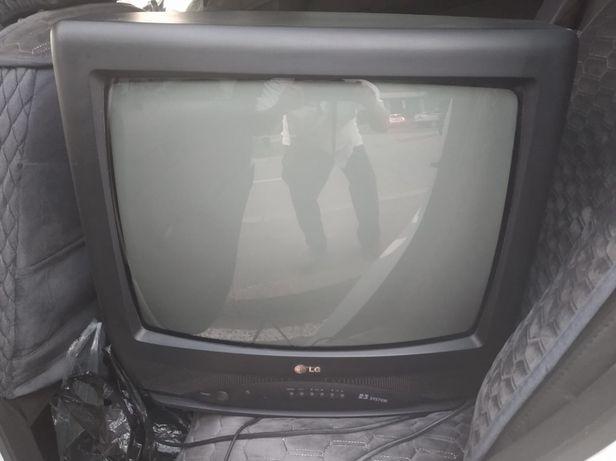 Телевизор LG вместе с пультом