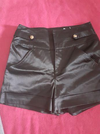 Pantaloni negri scurți  lucioși de vară ii vand sa fc loc în șifonier