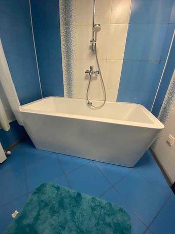 Ванна акриловая и раковина с зеркалом