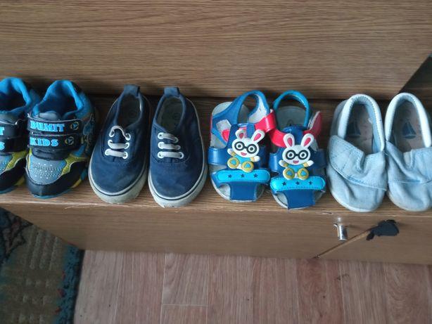 Отдам детскую обувь за 1000