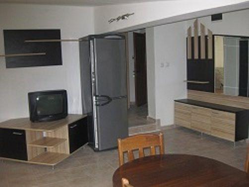 Продавам обзаведен тристаен партерен апартамент 110 кв/м.