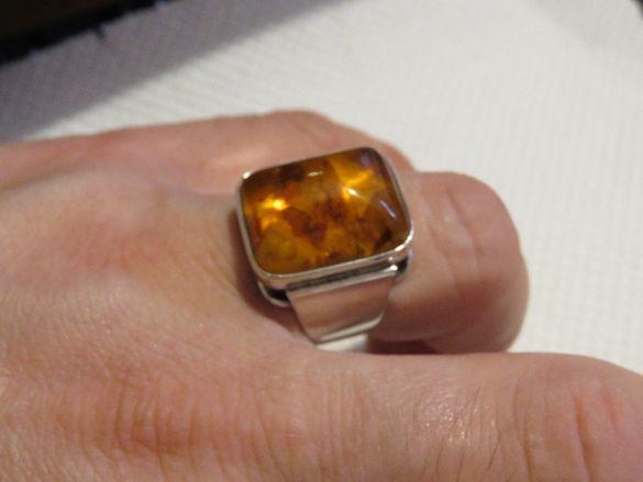 Старинен красив мъжки сребърен пръстен с голям красив камък - кехлибар