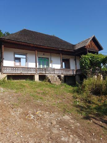 Teren cu casă tradițională la șosea,ce necesită reparații, in SOVEJA.