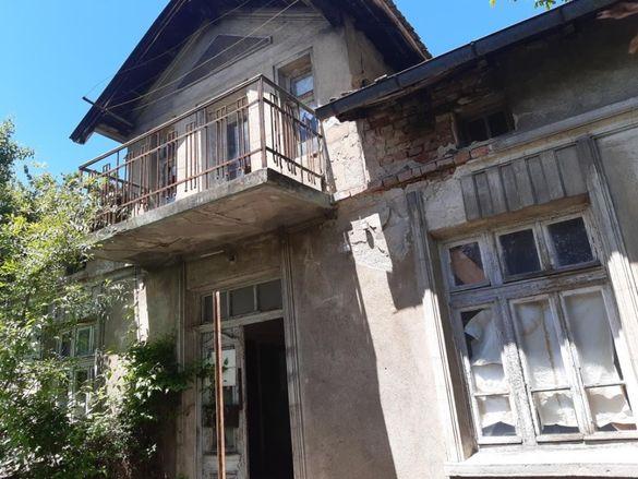 Къща с дворно място и два гаража в района на Общината