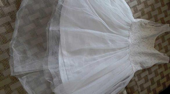 Бяла нежна рокля с тюл и дантела