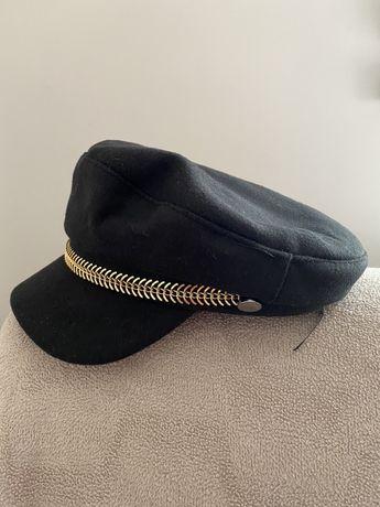 Дамска шапка от вълнен плат с козерка капитанска