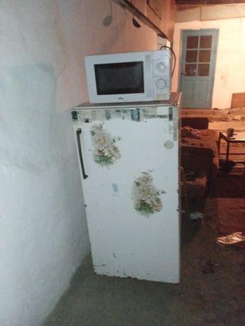 Продам холодильник саветск харошам состоянием и микравалновка в рабоче