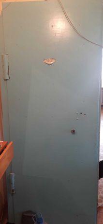 Продам дверь входную и доски