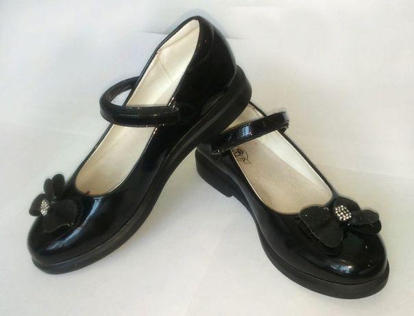 Туфли для девочки черные лакированные + белые (в подарок)