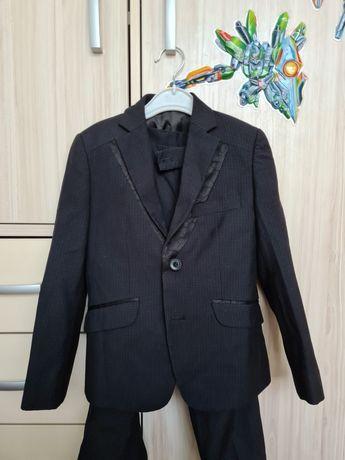 Продам костюм на мальчика 6-7 лет. Цвет черный в клетку.
