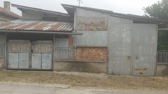Къща в с.Бъзън с метални навеси и гаражи