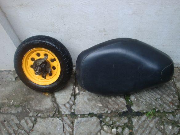 Седалка от скутер може би Хонда и предна капла с гума и спирачен бараб