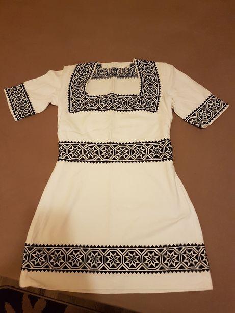 Rochie ie romaneasca cusuta manual