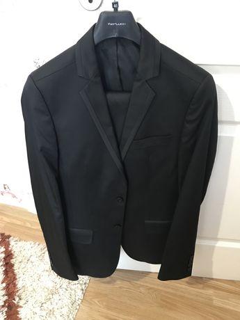 Черен костюм.