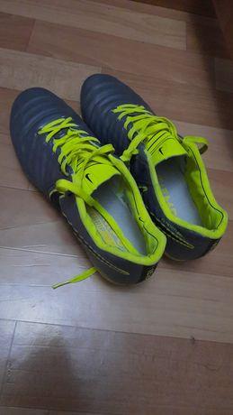 Кроссовки спортивные для игры в футбол