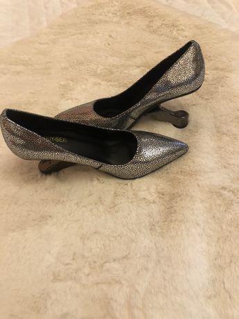 Дамски обувки с нестандартен ток