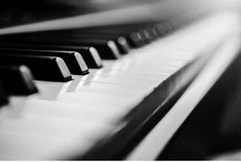 Солов изпълнител - пиано и вокал с обширен репертоар!