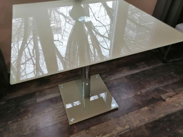 Стъклена трапезна маса